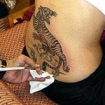 Angelina Jolie tattoo tigre bas du dos