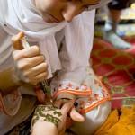 Tatouage au henné par une femme voilée
