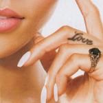 Tatouage Love sur le doigt de Rihanna