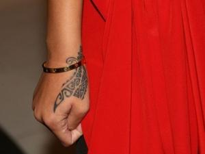 Tatouage tribal maori sur la main de Rihanna