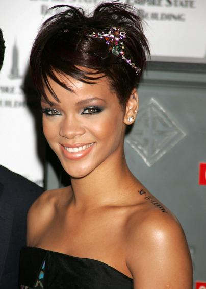 Tatouage Rihanna, tattoo nuque de Rihanna, tattoos hanche, cheville ...