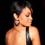 Tatouage dos étoiles de Rihanna