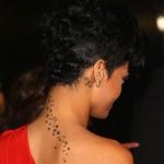 Tatouage nuque étoiles de Rihanna