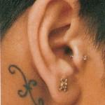 Tatouage poisson derrière l'oreille de Rihanna