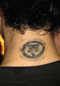 tatouage homme a la nuque
