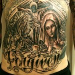 Trace Cyrus tatouage religieux ventre
