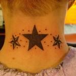 Tatouage étoiles old school sur la nuque