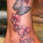 Modèle de tatouage fleurs et papillon sur la cheville