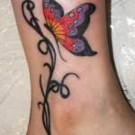 Modèle de tatouage papillon couleur sur la cheville