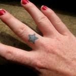 Modèle tatouage étoile sur le doigt