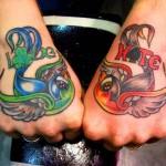 Tatouage deux hirondelles sur les mains