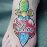 Modèle de tatouage de coeur old school sur le pied