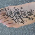 Modèle de tatouage de fleur au henné sur le pied