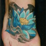 Modèle de tatouage de fleur de lotus sur le pied