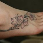 Modèle de tatouage de fleurs sur le pied