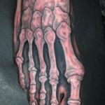 Modèle de tatouage insolite sur le pied