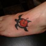 Modèle de tatouage de tortue sur le pied