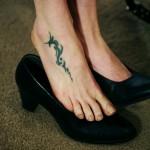 Modèle de tatouage vieilli sur le pied
