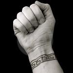Modèle tatouage poignet bracelet tribal moderne