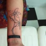 Modèle tatouage poignet de fleur tracé fin
