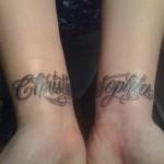 Modèle tatouage poignet lettres prénoms