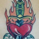 Tatouage de coeur poignard old school