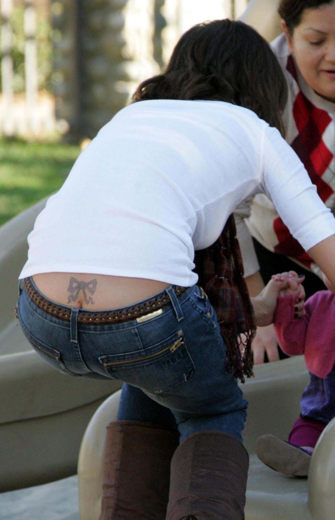 tatouage d'aile d'ange dans le dos femme avec un homme - Lina Kaclin