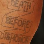 Tatouage death before dishonor de JR Smith