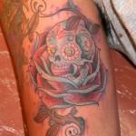 Modèle de tatouage de rose old school avec tete de mort