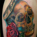 Tatouage de rose old school tete de mort