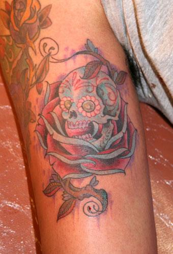 tatouage rose old school, symbolique rose et tattoo, rose et amour