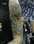 Tatouage tete de mort old school sur le bras gauche