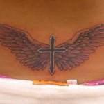 Modèle de tatouage de croix avec des ailes pour femme