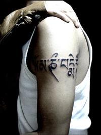 Modèle de tatouage Tibétain à l'épaule