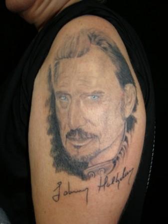Tatouage de portrait de Johnny Hallyday d\u0027un fan