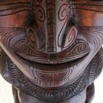 Sculpture Maori avec tatouage moko
