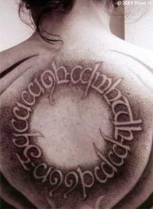 Tatouage elfique dans le dos