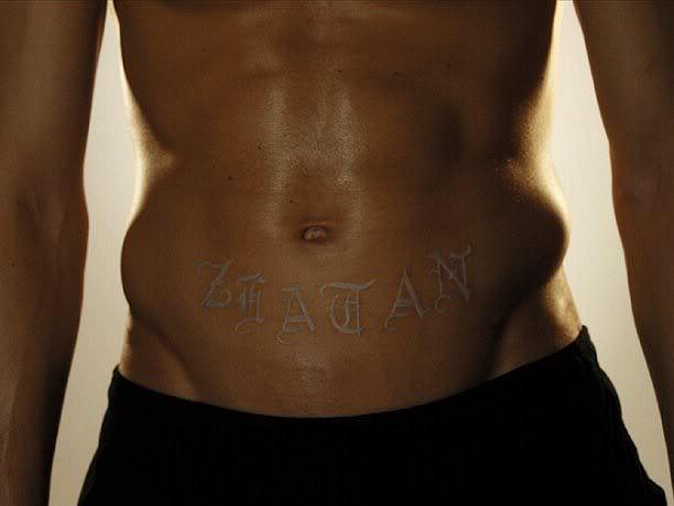 Tatouage zlatan ibrahimovic psg tatouages et religion - Tatouage encre blanche ...