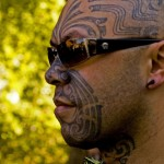 Maori avec tatouage moko traditionnel