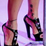 Tatouage de Pink sur les chevilles et les pieds