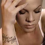Tatouage de Pink sur le poignet