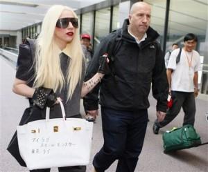 Arrivée de Lady Gaga au Japon avec son tatouage temporaire de Katakanas
