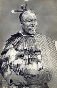 Tatouage Maori de chef avec moko, plume et cape