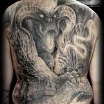 Tatouage en Noir et blanc par Nicko de metal ink tattoo