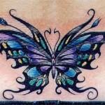 Tatouage de papillon en bas du dos