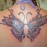 Tatouage de papillon sur la nuque et le dos