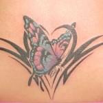 Modèle tatouage papillon tribal sur le ventre