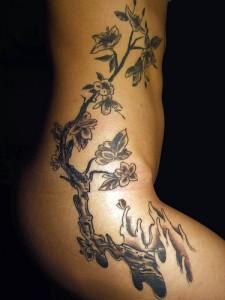 Tatouage sur la hanche d'un cerisier japonais en fleurs