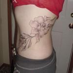 tatouage de fleurs sur la hanche