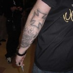 tatouage de James Hetfield croix de fer sur le coude